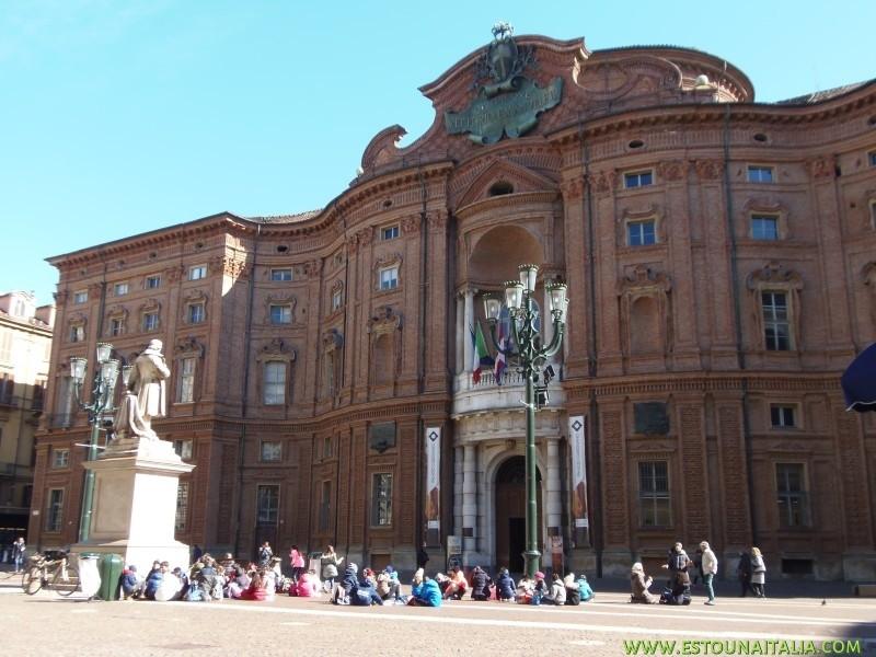 Crianças tendo aula de historia em frente ao Palacio Carignano, foto de Marcia Bezerra