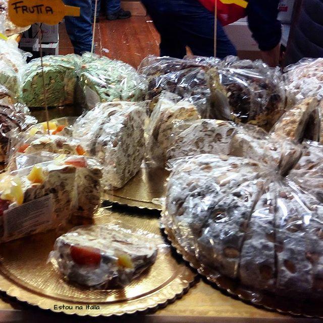 Os deliciosos torrones artesanais na Festa do Torrone em Cremona.jpg