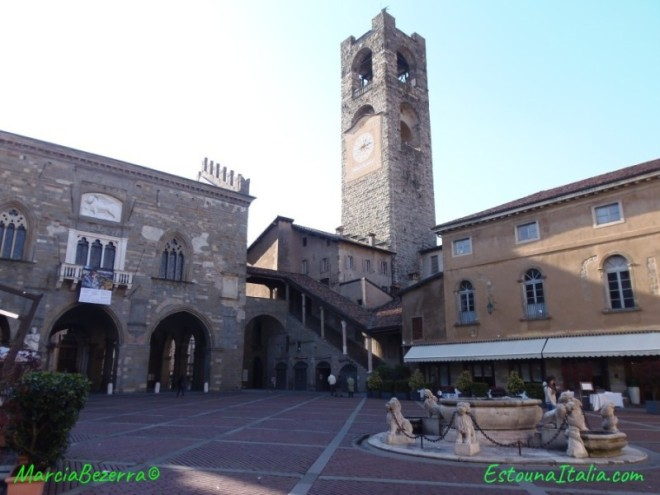 A Piazza Vecchia (Praça Velha) com o Palacio da regiao, a torre e a fonte